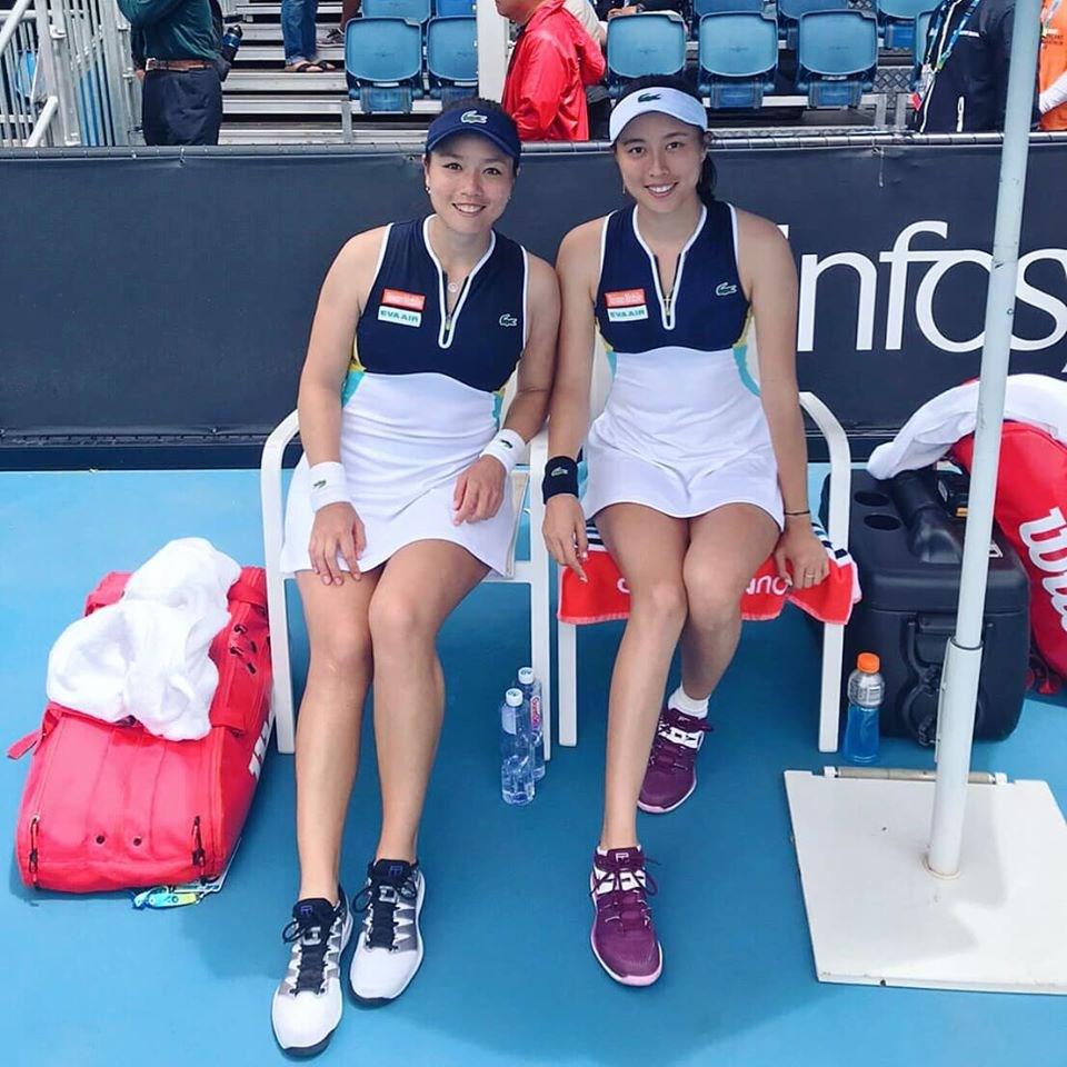 詹詠然(左)、詹皓晴(右)這對網球雙打姊妹花,27日在澳洲網球公開賽女雙16強,以7比6(5)、6比4擊敗土屋美咲與尼庫勒斯古這組日本、羅馬尼亞聯軍。(圖取自facebook.com/latishayjchan)