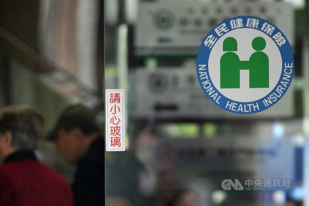 健保署28日宣布擴大健保就醫警示,凡是湖北省返台者或相關個案接觸者,以健保卡就醫時會立即跳出警示視窗,以利醫師加強防疫。(中央社檔案照片)