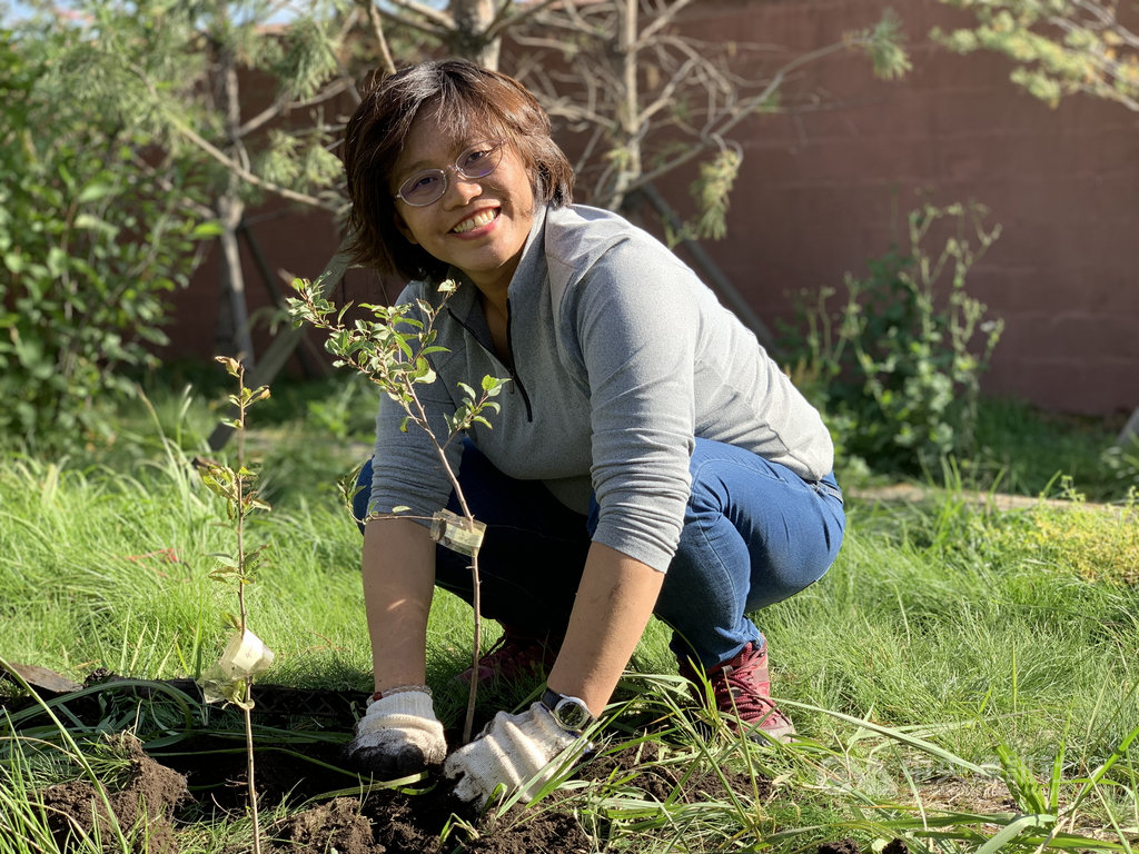 慈心有機農業發展基金會海岸造林專案總監程禮怡表示,她自己很努力種樹,也希望帶動更多人加入,期盼完成未來25年內植樹10億棵的目標。(程禮怡提供)中央社記者張雄風傳真 109年1月28日