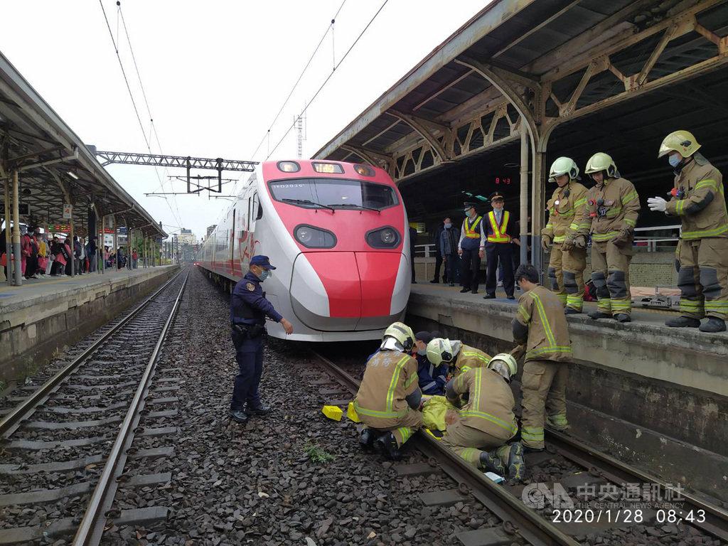 普悠瑪號列車28日上午駛進台南火車站時,一名年約80歲的老翁,突然從第一月台跌落遭撞擊,當場死亡,警方調查中。(台南市消防局提供)中央社記者張榮祥台南傳真 109年1月28日