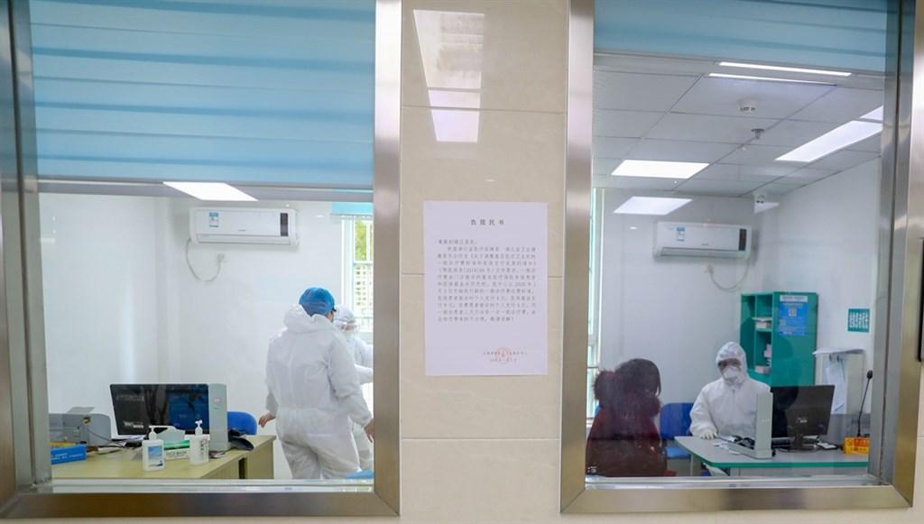 中國國家醫療專家組成員28日表示,部分感染新型冠狀病毒肺炎的患者雖然沒有症狀,仍具有一定傳播力。圖為武漢武昌區衛生服務中心內社區醫務人員問診情況。(中新社提供)