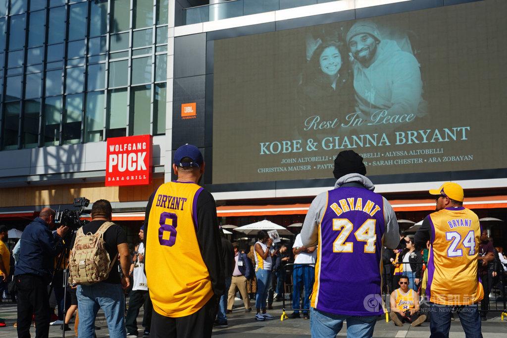 美國職籃NBA洛杉磯湖人傳奇球星布萊恩(Kobe Bryant)26日不幸墜機過世,事發隔天湖人主場史泰博中心(Staples Center)附近廣場,仍有不少球迷穿著球衣,持續到場緬懷逝世的布萊恩和他的女兒。中央社記者王騰毅洛杉磯攝 109年1月28日