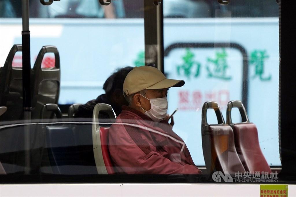 武漢肺炎疫情升溫,中央流行疫情指揮中心27日呼籲民眾在通風不良、有感染風險處應戴口罩。圖為民眾戴著口罩搭乘公車。中央社記者孫仲達攝 109年1月27日