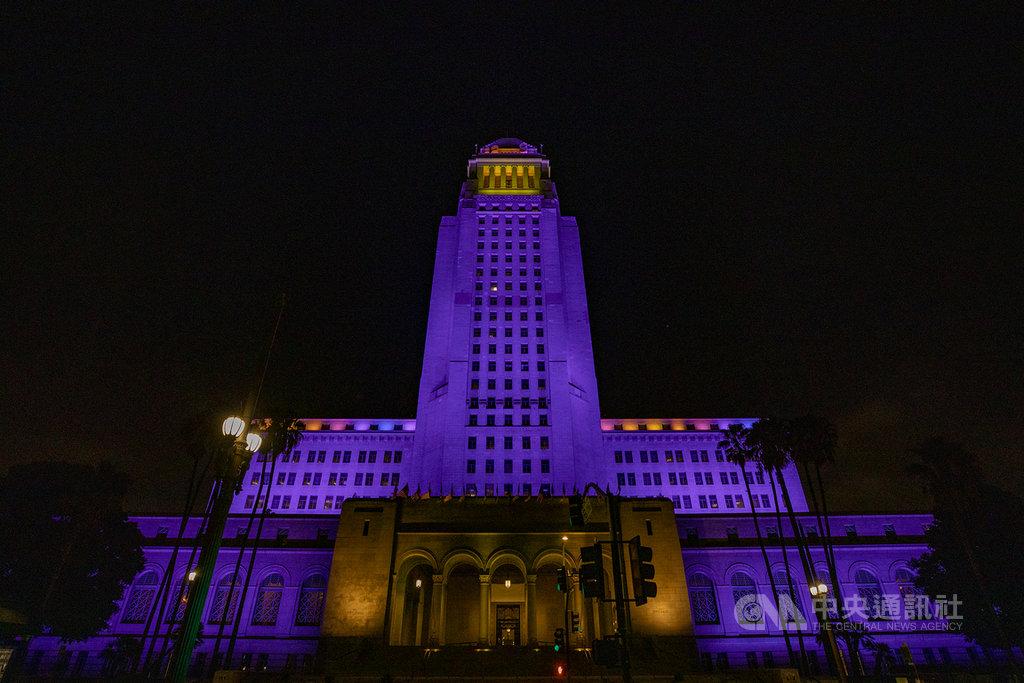 為了紀念英年早逝的籃球明星布萊恩(Kobe Bryant),洛杉磯市政廳26日晚間8時24分打上象徵湖人隊的紫色與金色燈光。(洛杉磯市長辦公室提供)中央社記者林宏翰洛杉磯傳真 109年1月28日