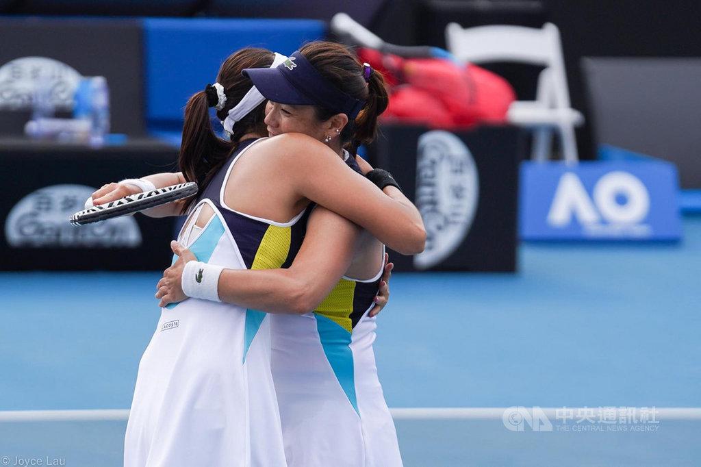 澳洲網球公開賽女雙8強賽,第7種子詹詠然(右)、詹皓晴(左)姐妹擊退對手,闖進4強,這也是詹家姐妹首度在大滿貫賽女雙闖進4強。(劉雪貞提供)中央社 109年1月28日