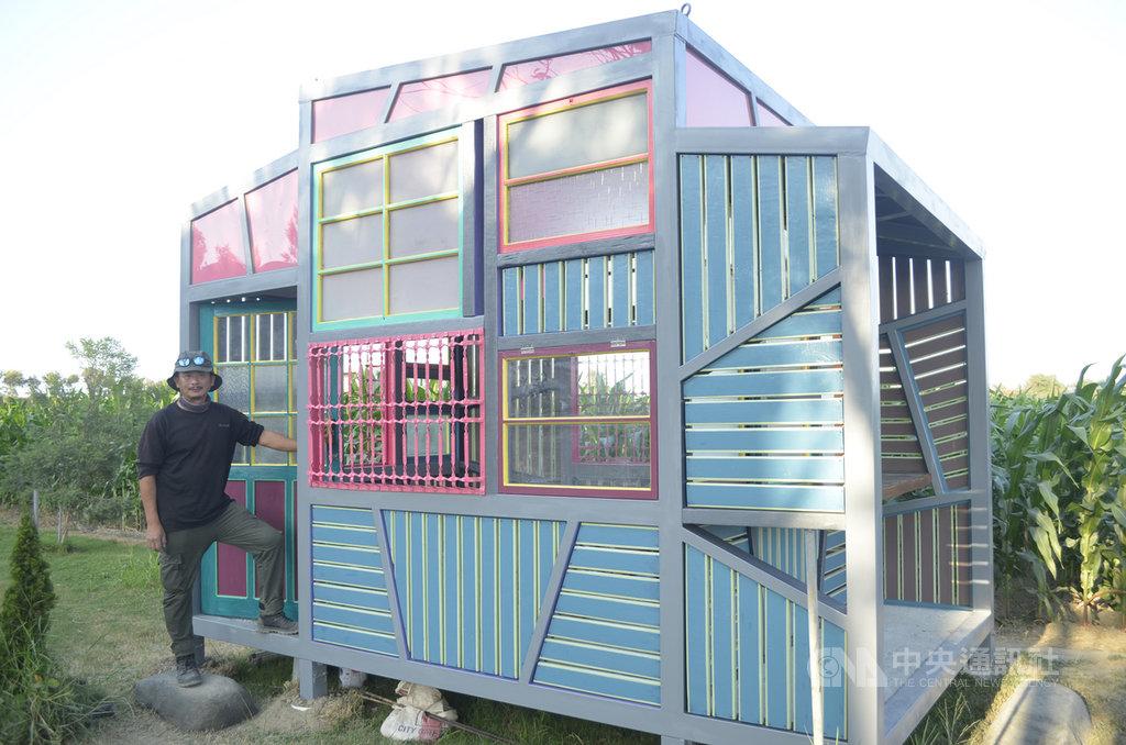 藝術家黃文淵(左)的「彩虹工寮」,以回收的建築物舊料製成,他說漆成彩虹的顏色,呼應同婚的訴求。中央社記者蔡智明傳真 109年1月28日
