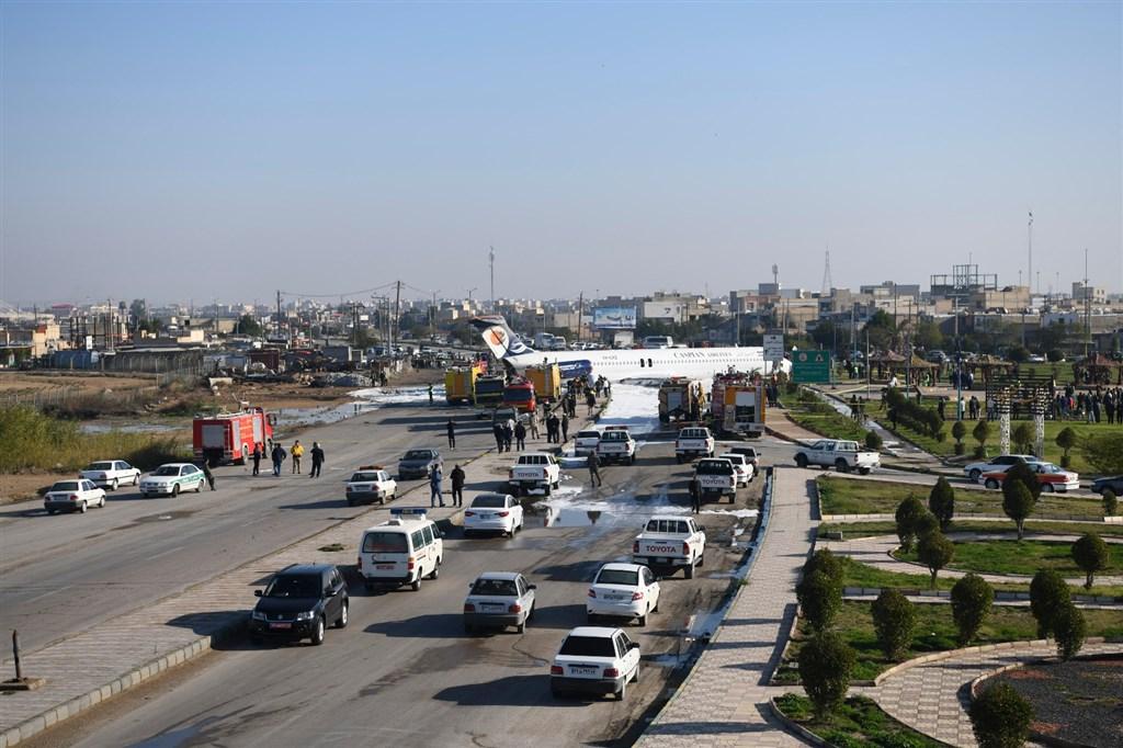 官方的伊朗通訊社報導,一架裏海航空公司客機27日降落在伊朗西南部馬夏的機場時,滑出跑道衝上公路。(安納杜魯新聞社提供)