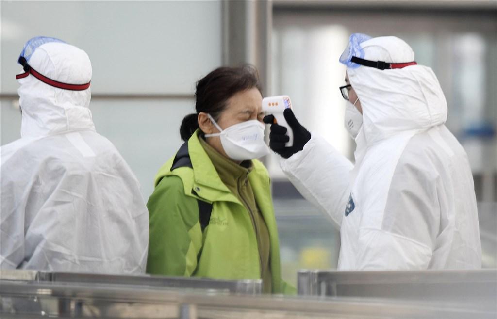 中國國家衛健委官網發布武漢肺炎最新病例統計,截至27日24時,確診病例4515例,累計死亡病例106例。圖為北京首都國際機場防疫作業。(共同社提供)