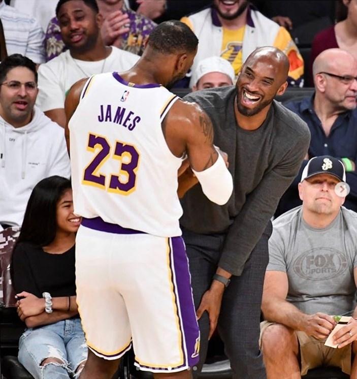 NBA傳奇球星布萊恩26日不幸墜機逝世,對此湖人球星詹姆斯(白球衣者)27日表示自己「心碎、震驚」,並在社群媒體Instagram發文,誓言繼承布萊恩的輝煌傳奇。(圖取自IG)