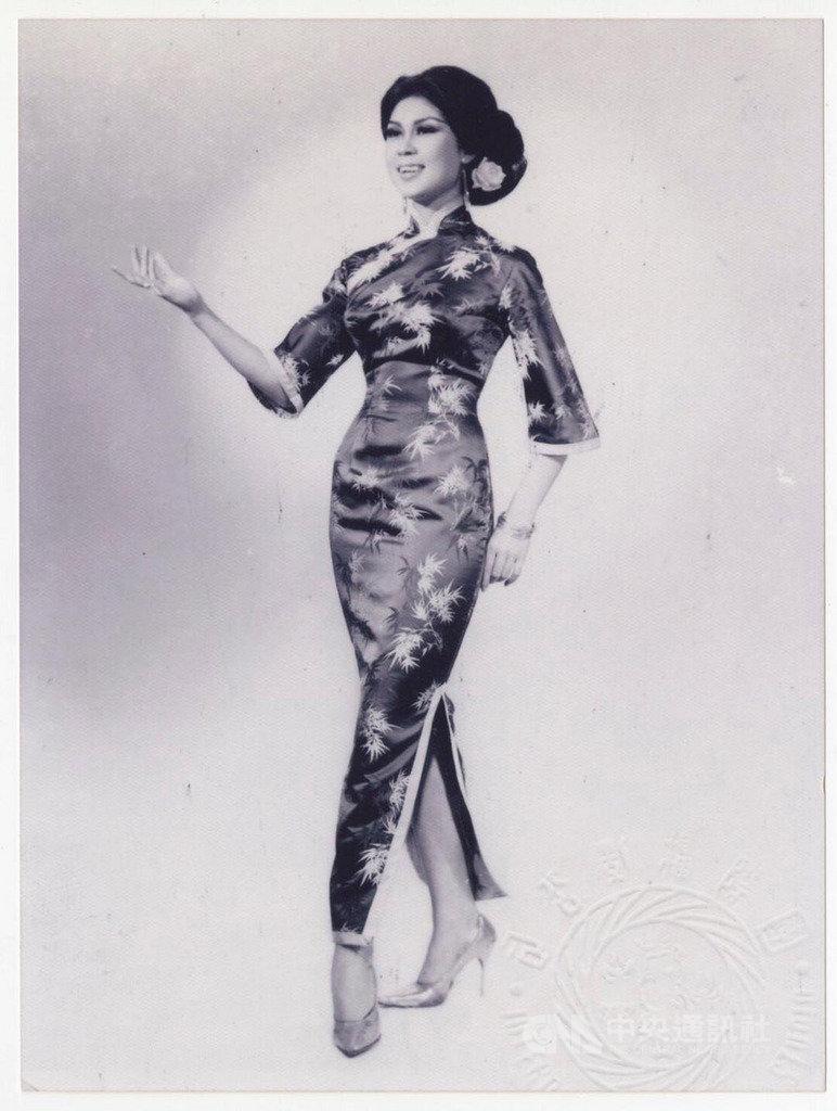 有「最美麗主持人」稱號的白嘉莉活躍於民國60年代,紅極一時,圖為白嘉莉18歲時穿旗袍拍攝的照片。(白嘉莉提供)中央社記者周永捷傳真 109年1月28日