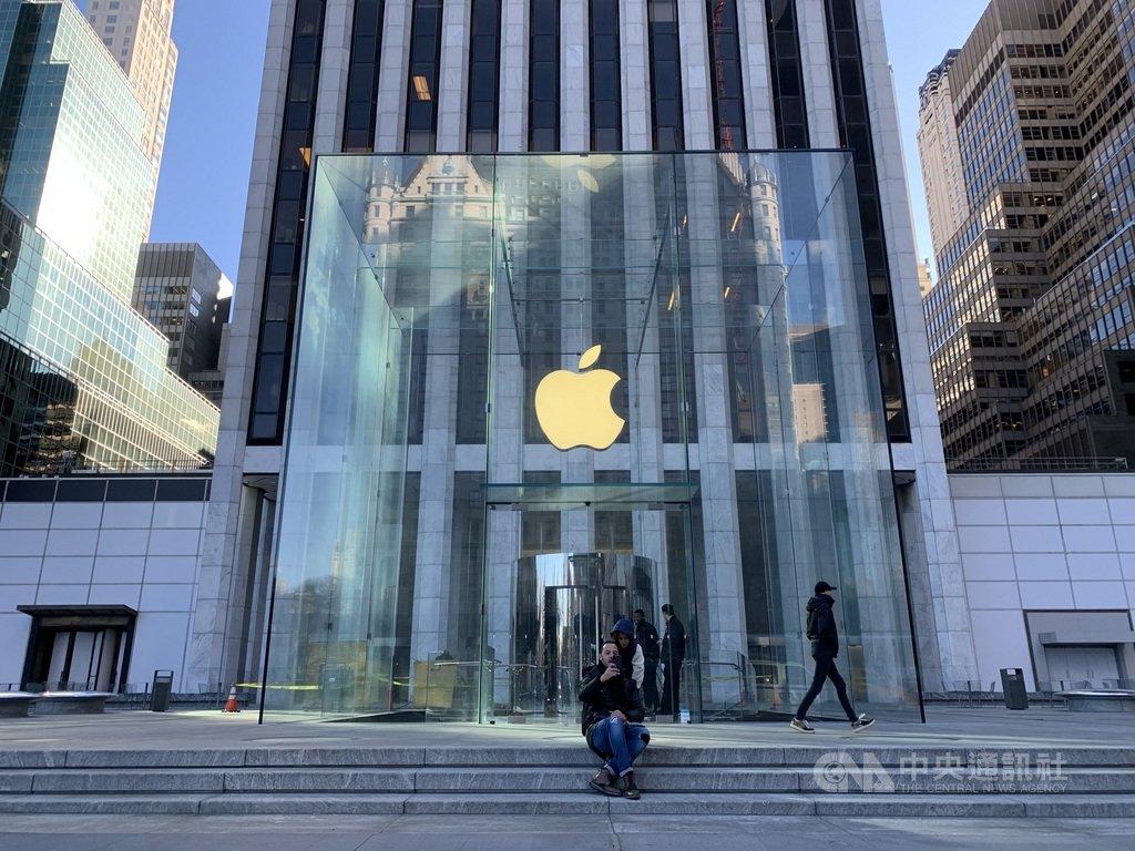 蘋果公司28日公布消費旺季財報,在iPhone等產品熱賣刺激下,營收創歷史新高,獲利也恢復成長。圖為紐約市曼哈頓第五大道蘋果直營店外觀。中央社記者尹俊傑紐約攝 109年1月29日
