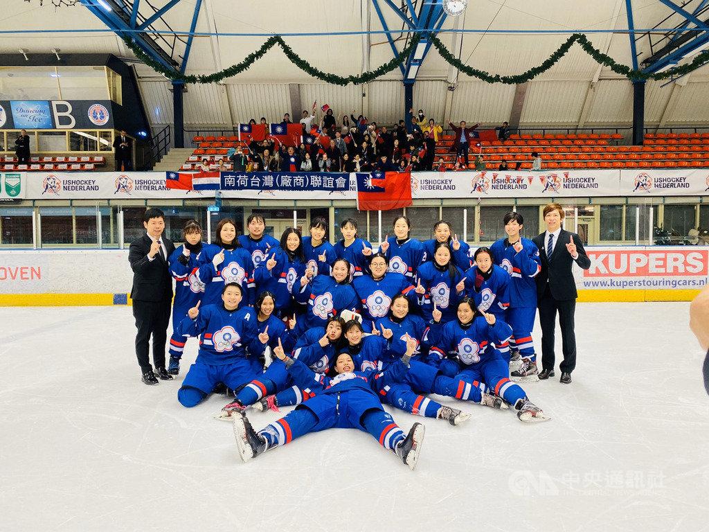 中華女子冰球隊29日在荷蘭舉辦的U18世界盃中,頂住末節落後1分壓力,連進2球逆轉戰局,最終4比3擊敗澳洲,3戰全勝奪下金牌,明年將升上世界一級。(冰球協會提供)中央社記者楊啟芳傳真  109年1月29日