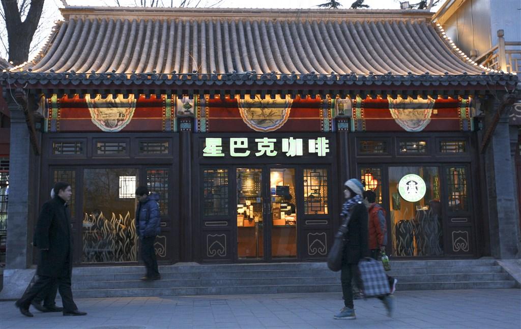 中國爆發武漢肺炎疫情,星巴克在中國有2000多家分店停止營業。(檔案照片/中新社提供)