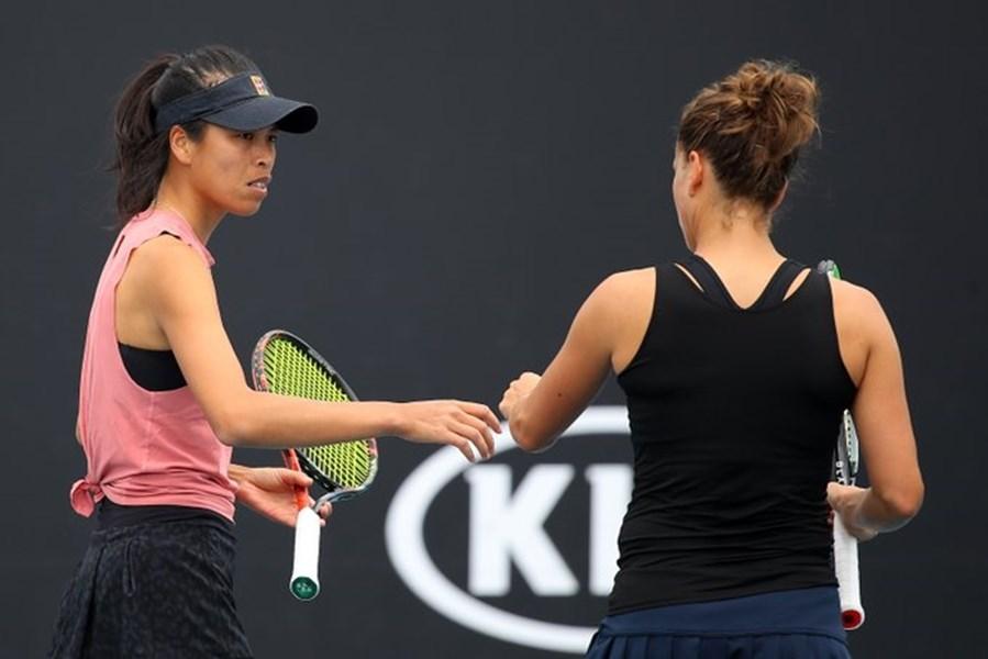 台灣好手謝淑薇(左)與捷克搭檔史翠可娃29日成功首闖澳網女雙決賽。(圖取自twitter.com/AustralianOpen)