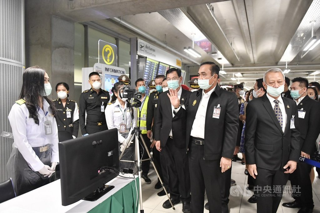 泰國總理帕拉育(中間舉手者)29日赴曼谷蘇凡納布機場視察關於2019新型冠狀病毒(2019-nCoV,武漢肺炎)的檢疫措施。(泰國總理府提供)中央社記者呂欣憓曼谷傳真 109年1月30日