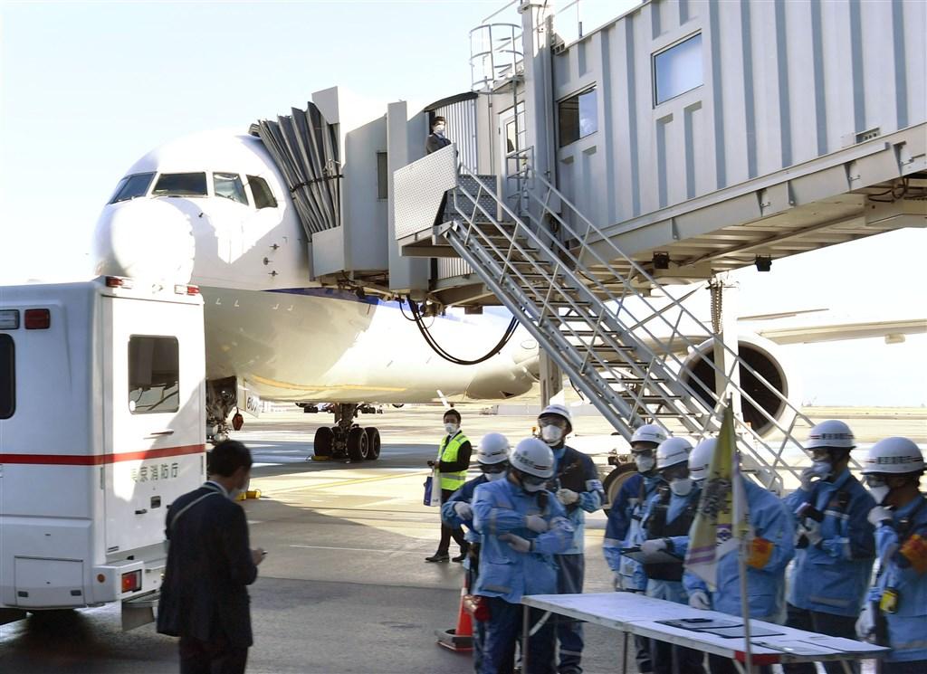 日本警方表示,日本內閣祕書處一名參與安置自武漢返日民眾工作的男子1日墜樓身亡。圖為1月29日日本首班撤僑專機抵東京羽田機場。(共同社提供)
