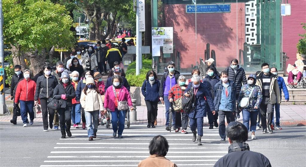 農曆新年假期結束,受武漢肺炎疫情的影響,30日上班日台北街頭都是戴口罩的民眾。中央社記者王飛華攝 109年1月30日
