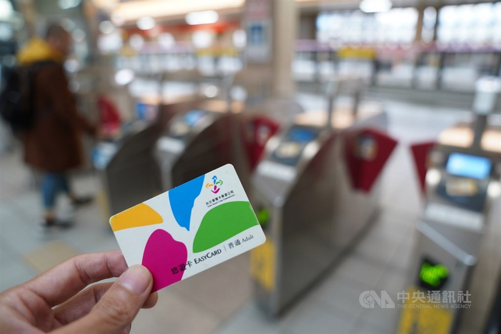 台北捷運公司18日表示,為維護旅客權益,即日起將回饋金自動加值有效期間,從原6個月延長為1年。(中央社檔案照片)