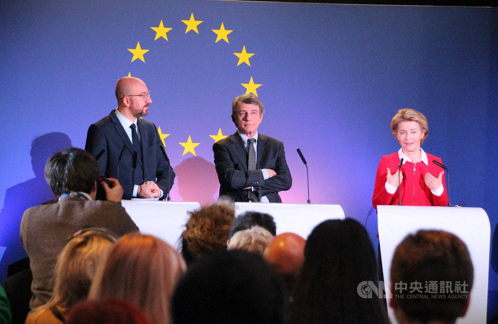 英國將在31日午夜脫離歐洲聯盟,歐盟執委會主席范德賴恩(右)強調歐英關係將掀新頁,致力保持最佳合作夥伴關係。中央社記者唐佩君布魯塞爾攝 109年1月31日