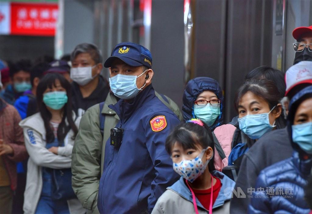 武漢肺炎各國疫情延燒,台北街頭民眾戴上口罩防範未然。(中央社檔案照片)