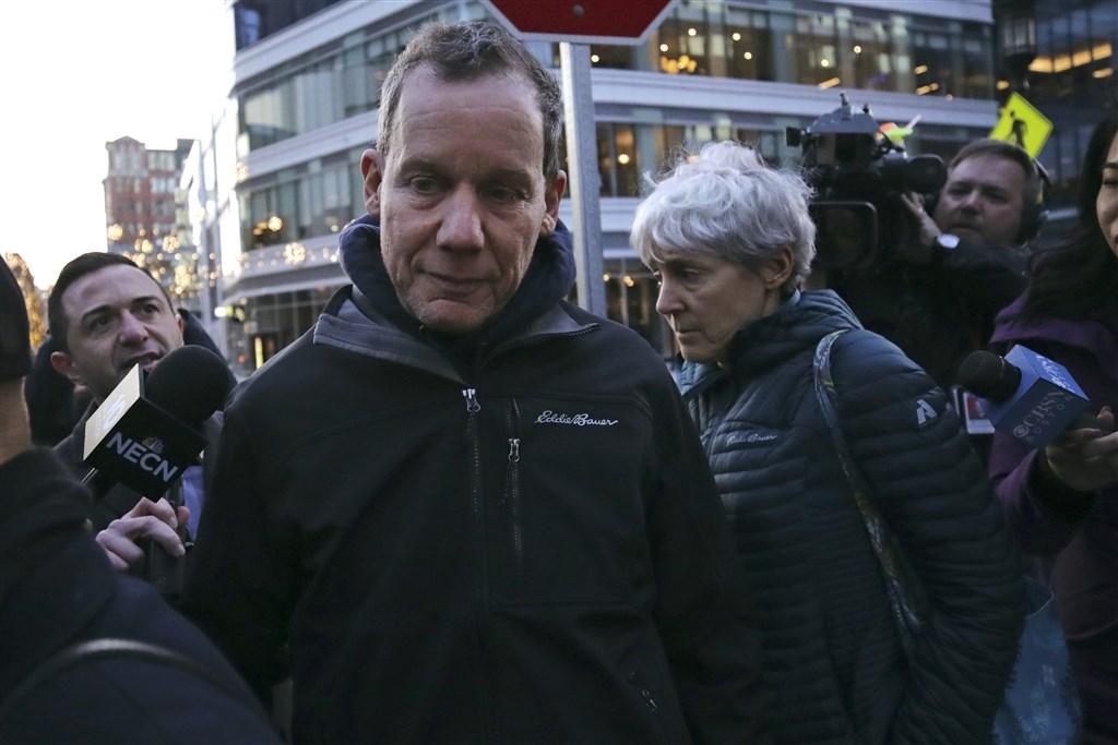 美國哈佛大學教授李柏(前左)被控提供不實陳述,隱瞞自己曾參加中國涉嫌竊取智財的「千人計畫」。(美聯社)