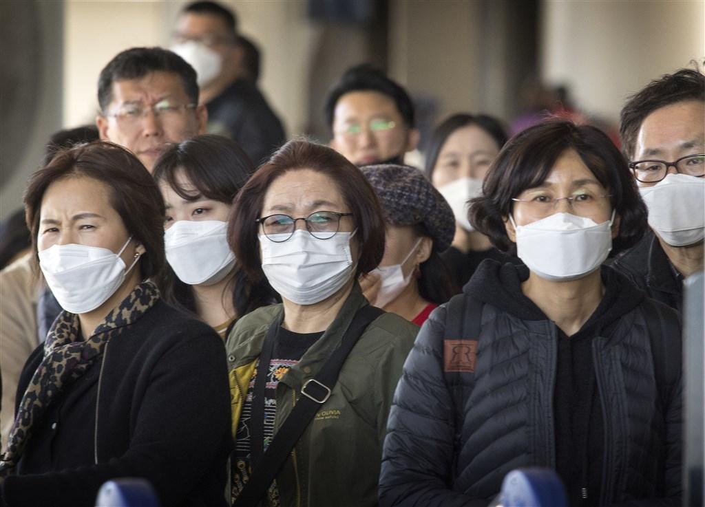 美國衛生官員30日宣布,美國出現首起人傳人武漢肺炎病例,患者是美國第2例確診病例配偶,未有中國旅遊史。圖為乘客從亞洲飛往洛杉磯國際機場,戴上口罩預防病毒。(法新社提供)