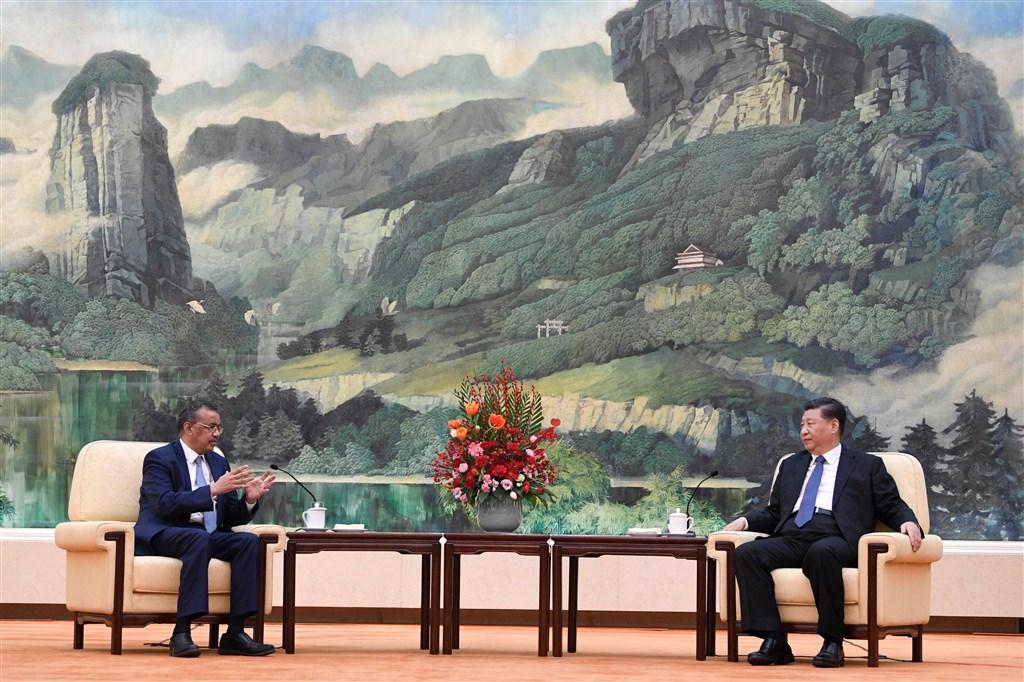 中國國家主席習近平(右)在會見世界衛生組織(WHO)秘書長時強調,他在這波新型冠狀病毒防疫工作「一直親自指揮、親自部署」。(圖取自twitter.com/WHO)