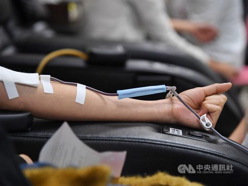 防疫期間民眾外出意願低,全台血液庫存也告急。血液基金會10日表示,全台各血型庫存偏低,北部最為嚴重,A型、B型、O型血存量不到4天。(中央社檔案照片)