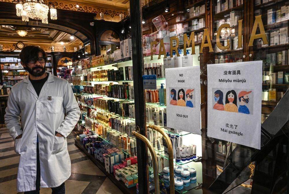 受武漢肺炎波及,台義直航班機確定暫時取消,停航期間從2月2日到4月28日。圖為羅馬市中心藥局門上貼著口罩賣完的紙張。(法新社提供)
