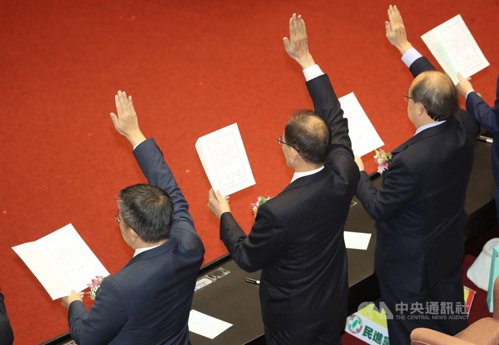 立法院第10屆立委1日上午完成報到後,議場進行就職宣誓典禮,民進黨新科立委游錫堃與同黨立委柯建銘(右)、蔡其昌(左)完成宣誓。中央社記者張新偉攝 109年2月1日