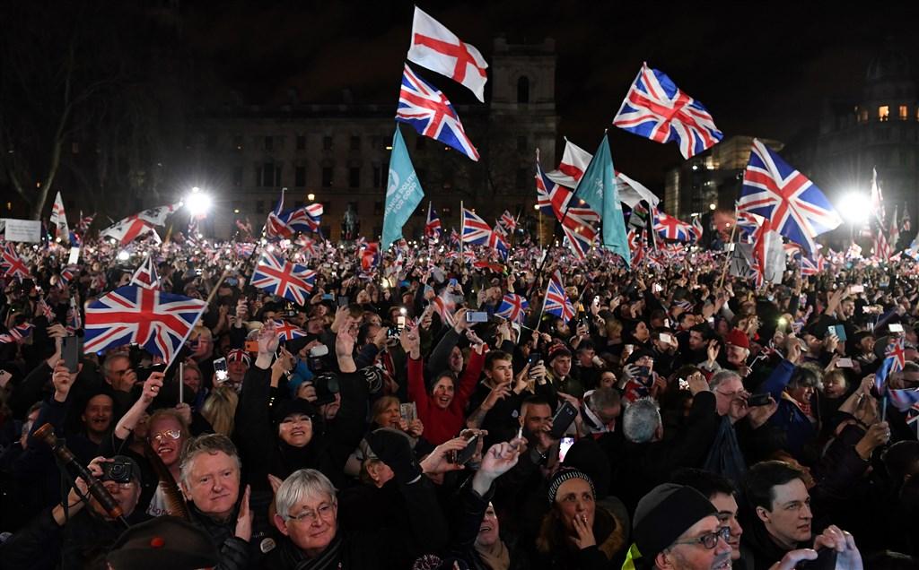 數千人1月31日聚集在倫敦的國會廣場上,揮舞英國國旗,紀念英國於當地時間晚間23時正式脫歐的歷史性一刻。(法新社提供)