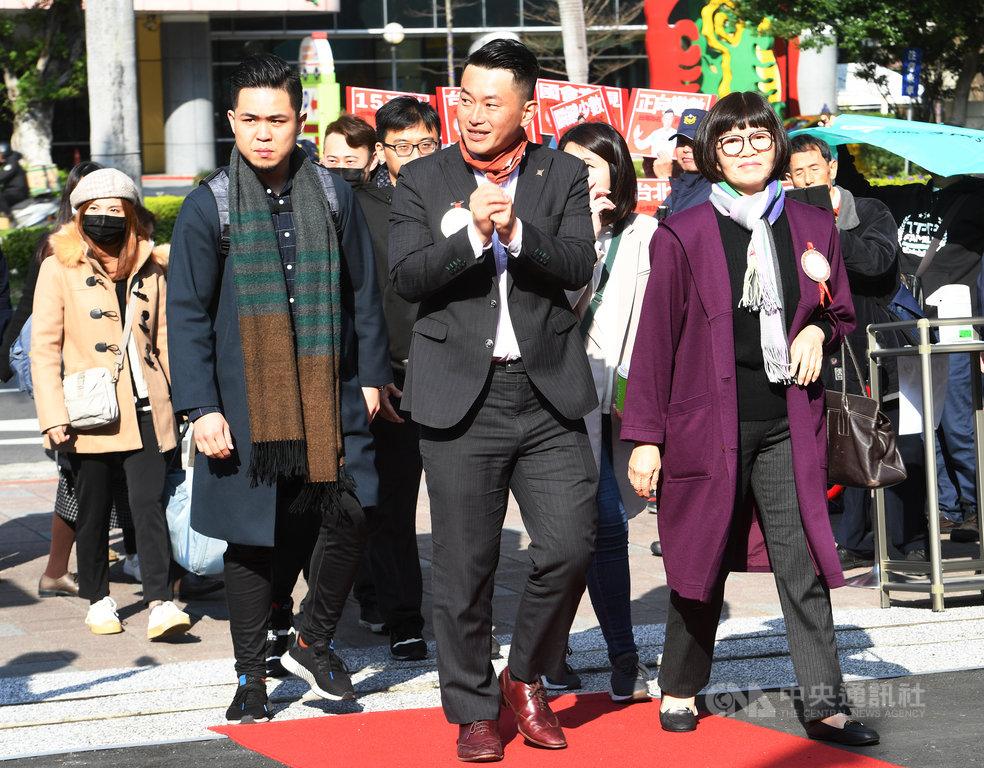立法院第10屆立委1日上午報到,台灣基進立委陳柏惟(前中)戴上招牌「脖圍」,與母親一起到立院走紅毯。中央社記者施宗暉攝 109年2月1日
