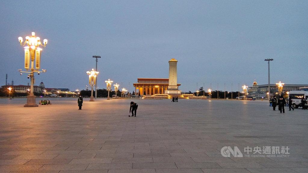 春節期間原本應該遊客眾多的北京天安門廣場,因為武漢肺炎新型冠狀病毒疫情,外地遊客無法進京顯得十分冷清。圖為2020年2月1日傍晚的天安門廣場。中央社 109年2月2日