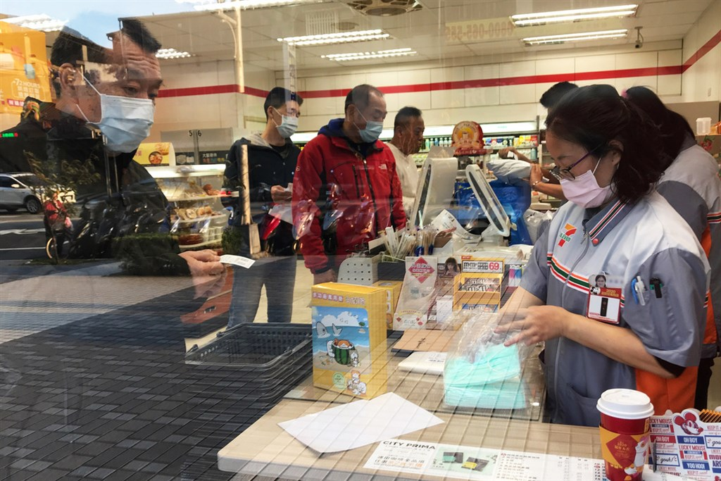 武漢肺炎疫情造成搶購口罩,行政院長蘇貞昌今天拍板,6日起購買口罩將採實名制。圖為北市一家超商口罩販售情況。中央社 109年2月1日
