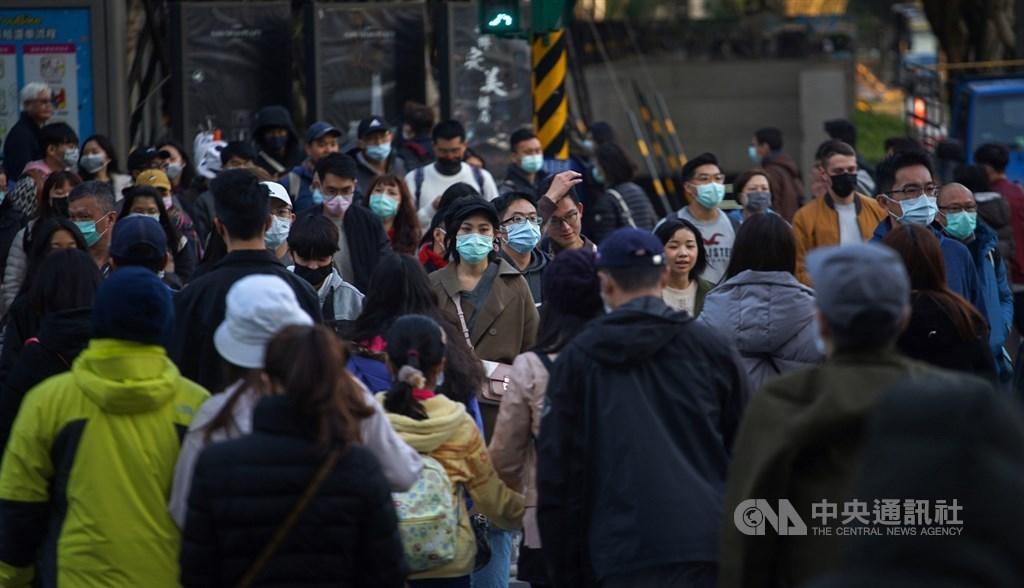 前中研院院長翁啟惠指出,武漢新型冠狀病毒比SARS的致死率低,但傳染速度較快,且依目前趨勢,將來或許會演化成像流感般的傳染病,不能掉以輕心。圖為北市街頭民眾配戴口罩。中央社記者裴禛攝 109年2月1日