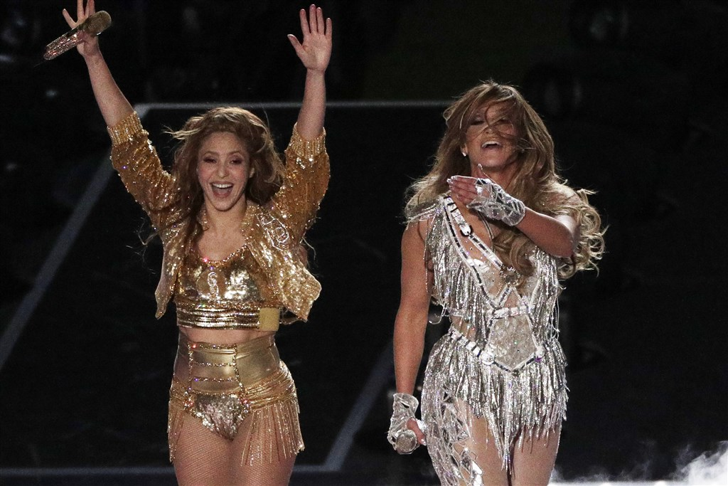 「翹臀珍」珍妮佛羅培茲(右)和哥倫比亞女歌手夏奇拉(左)兩大拉丁天后2日在職業美式足球聯盟NFL年度冠軍賽超級盃中場秀勁歌熱舞,嗨翻全場觀眾。(美聯社)