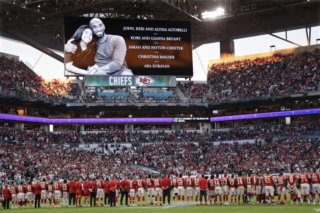職業美式足球聯盟NFL年度冠軍賽超級盃3日在邁阿密開踢,賽前兩隊球員站在24碼線上,向意外驟逝的美國職籃NBA前洛杉磯湖人球星布萊恩等人默哀。(美聯社)