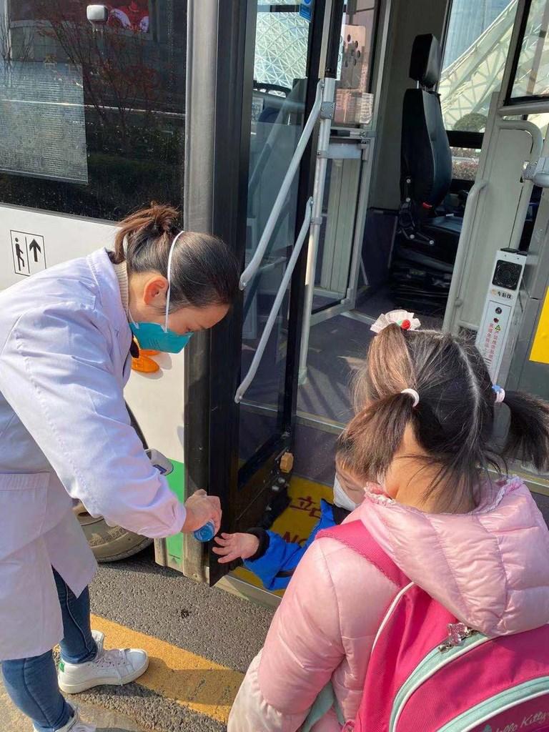 指揮中心3日宣布,有中港澳旅遊史的幼童,入境14天內禁送托。圖為2名首批滯留武漢返台的兒童在上車前消毒雙手。(台北家長會長協會提供)中央社 109年2月3日