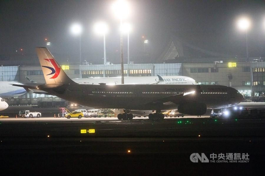 在陸委會透過各種管道協調之下,接回武漢台商的包機晚間11時40分抵達桃園國際機場。中央社記者林俊耀攝 109年2月3日