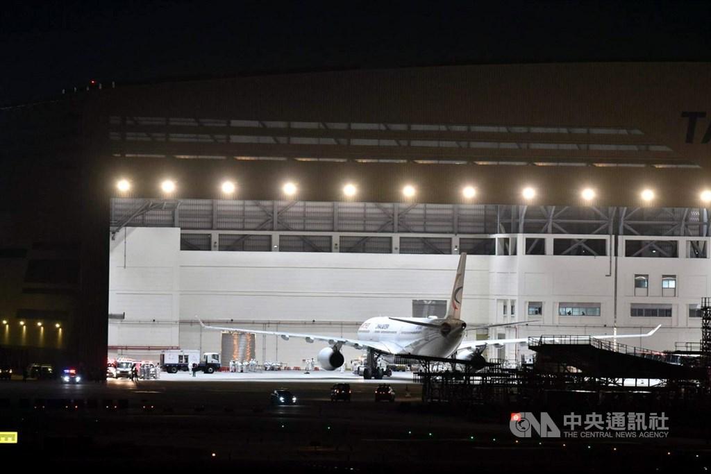 在陸委會透過各種管道協調之下,接回武漢台商的包機3日近午夜終於抵達桃園國際機場,飛機先進入維修棚,為他們消毒檢疫。中央社記者林俊耀攝 109年2月4日