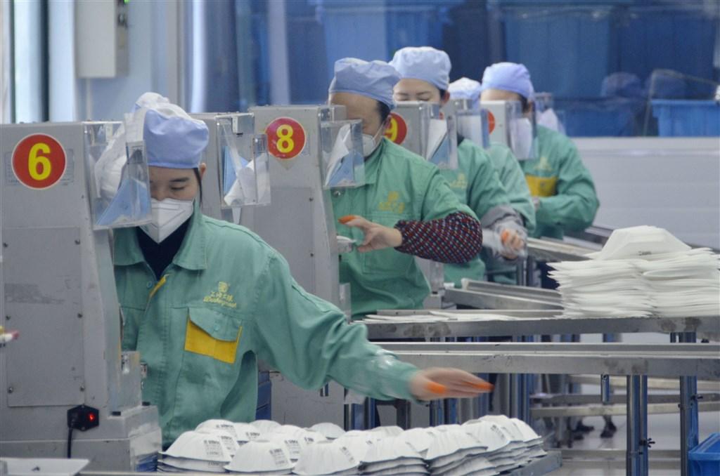 中國武漢爆發2019新型冠狀病毒(2019-nCoV)疫情,亞洲各地出現口罩搶購潮,日本、越南等業者都在趕工生產。圖為1月31日中國上海一間口罩工廠作業情形。(檔案照片/共同社提供)