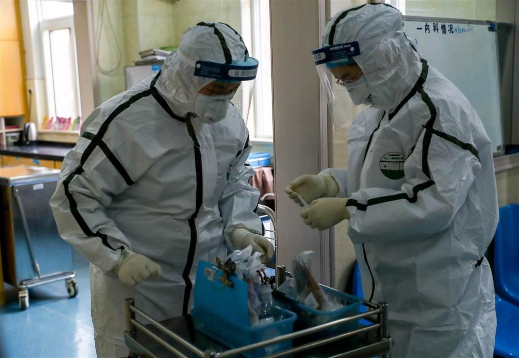 中國國家衛生健康委員會專家表示,由於湖北醫療資源短缺,所以相較其他地區死亡率較高。圖為湖北省總隊醫院防疫人員核對患者藥品。(中新社提供)