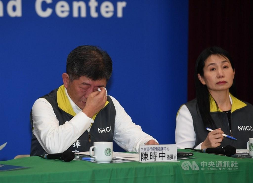 中央流行疫情指揮中心4日宣布,3日晚間首批武漢包機台商回台,有3人送隔離病房,其中1人確診武漢肺炎。指揮官陳時中(左)在宣布相關訊息時落淚,並說確診讓人難過,盡最大努力幫助他們。中央社記者施宗暉攝 109年2月4日