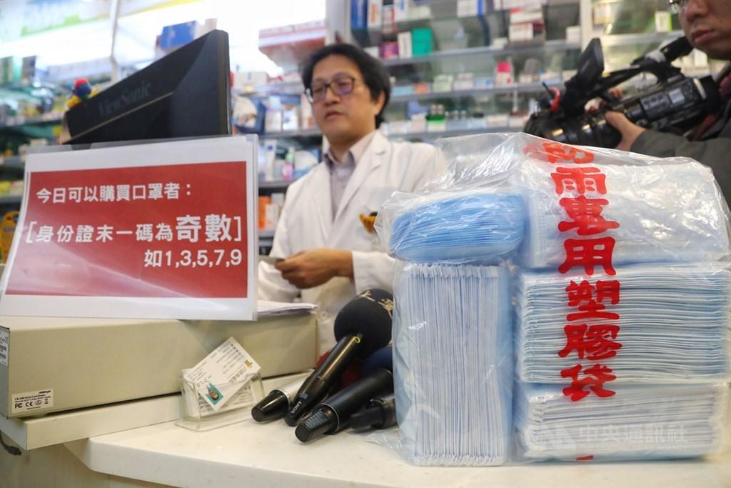 全台購買口罩實名制6日將正式實施,5日食藥署在台北市一家健保特約藥局先行測試販售系統,確保6日能順暢銷售不塞車。中央社記者王騰毅攝 109年2月5日