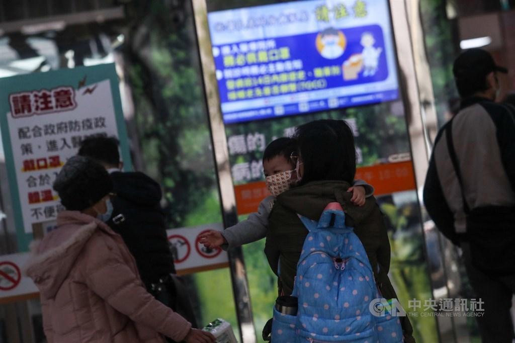 中國武漢肺炎疫情升溫,對於有被傳染疑慮者的處理方式分為居家隔離、居家檢疫及自主健康管理。圖為民眾外出時戴口罩防範感染。(中央社檔案照片)