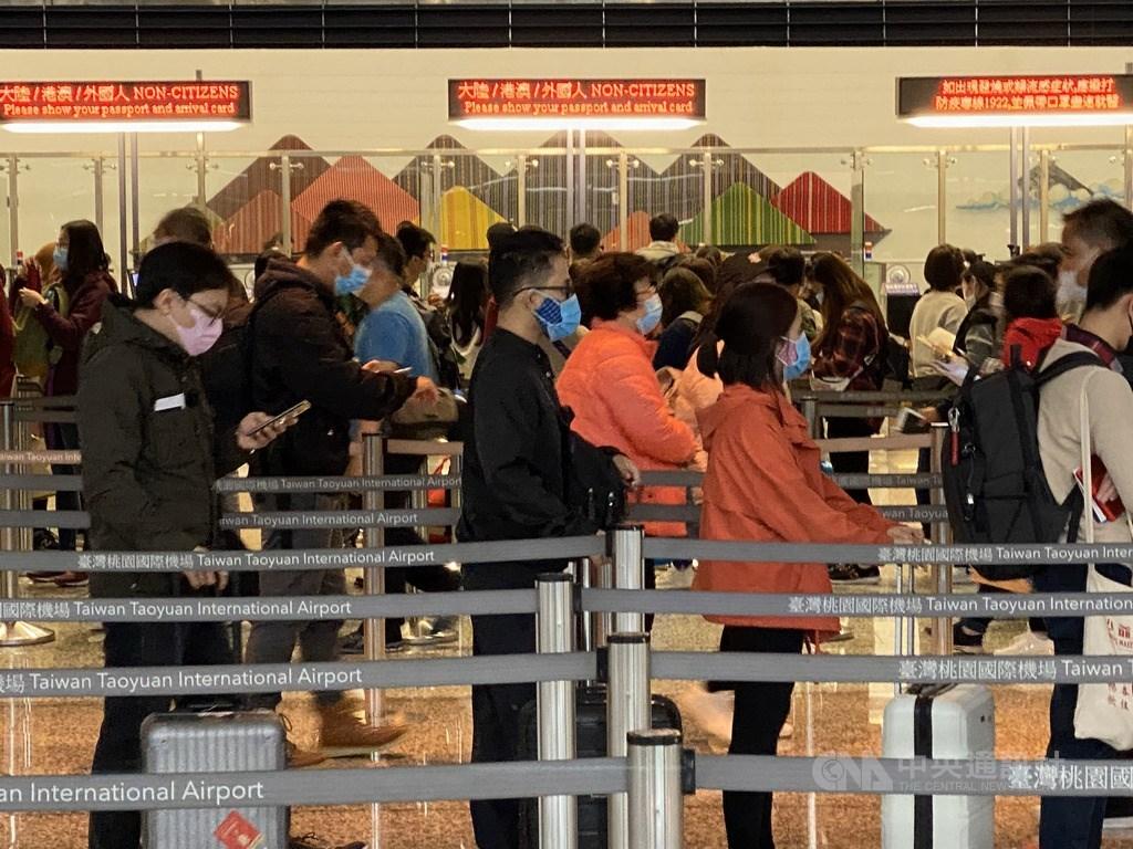 因應武漢肺炎疫情,中央流行疫情指揮中心宣布6日起入境民眾如有中港澳旅遊史,需列入居家檢疫對象,但有申請獲准至港澳返國者,須自主健康管理14天,居住地在中國各省市的陸人暫緩入境。中央社記者邱俊欽桃園機場攝 109年2月6日