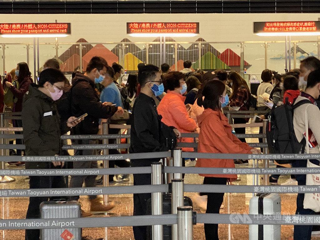 武漢肺炎疫情持續升溫,部分地區被列入疫情等級,讓不少原訂出遊的旅客想要退費,交通部觀光局18日說明相關退費原則。圖為在桃園機場的旅客。中央社記者邱俊欽桃園機場攝 109年2月6日
