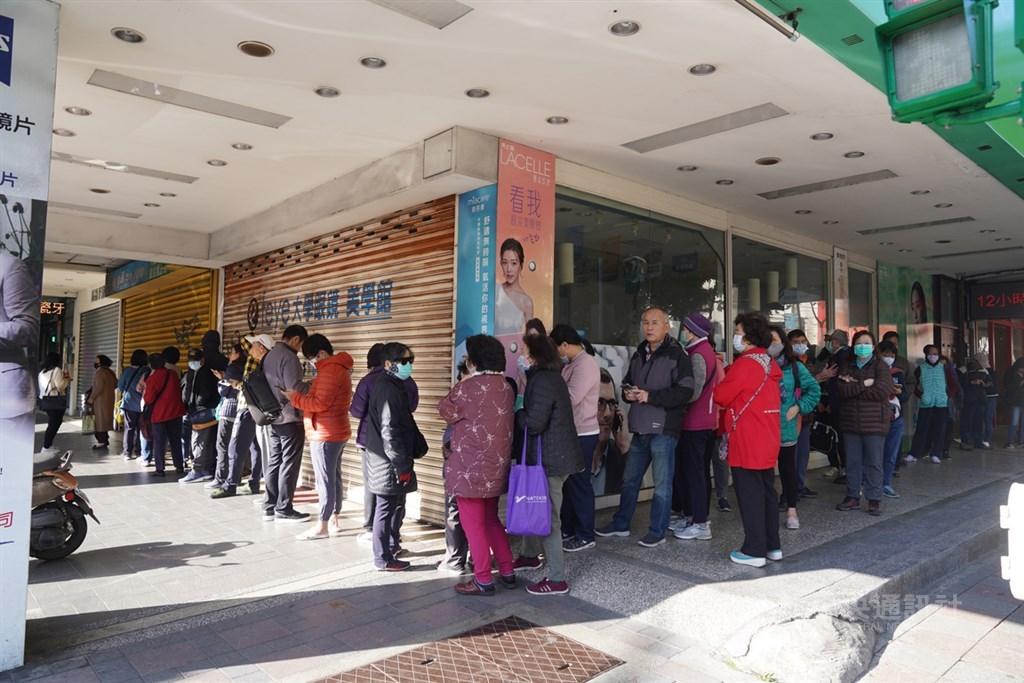 中國武漢肺炎疫情延燒,6日起口罩採實名制購買,一早就有不少民眾在藥局外排隊。中央社記者徐肇昌攝 109年2月6日