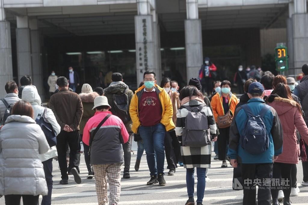 美國一款抗病毒新藥可能對武漢肺炎有療效。台灣大學副校長張上淳6日說,台大醫院已與藥廠取得聯繫,未來台灣病患若需用藥,藥廠將以恩慈方式免費提供。圖為台大醫院外民眾戴上口罩。(中央社檔案照片)
