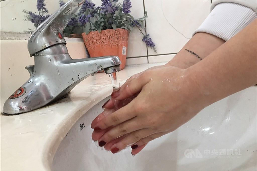 武漢肺炎疫情升高,多位醫界人士5日強調,洗手最重要,睡眠充足,補充均衡營養及新鮮蔬果,攝取足量及優質的蛋白質,加上適度運動,才是抵抗病毒、強化免疫力的最佳方法。(中央社檔案照片)